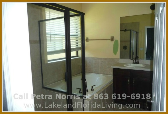 Experience life at its finest in this attractively beautiful Mulberry FL home for sale in Oaklanding Blvd.