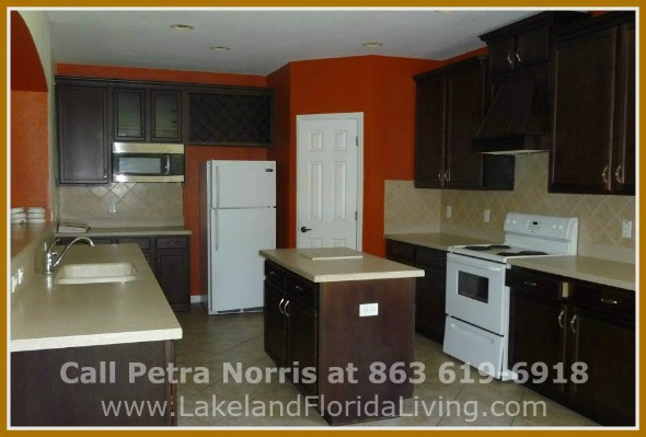 This stunning Mulberry FL home for sale in Oaklanding Blvd has an impressive kitchen that most people dream of enjoying.